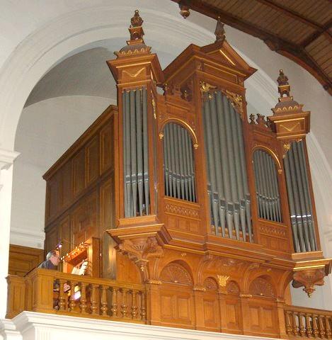 Organist Van Dijk achter het orgel in Het Penninckshuis in Deventer